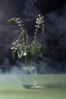 Concetto di inquinamento con pianta soffocata
