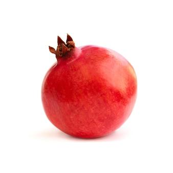 Frutto del melograno isolato su bianco