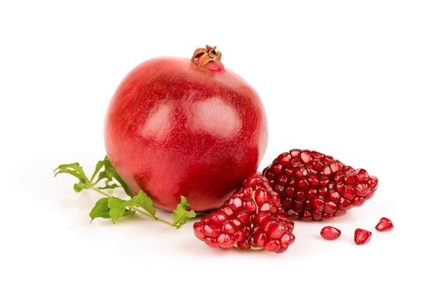 Frutti e semi del melograno isolati su fondo bianco.