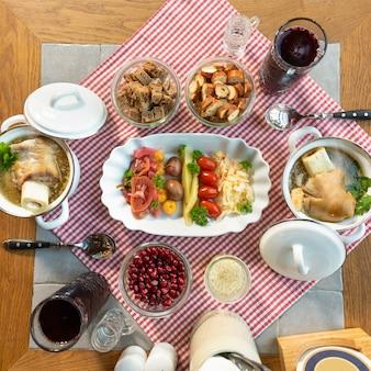 Succo di melograno con pasti a base di vodka e snack, vista dall'alto