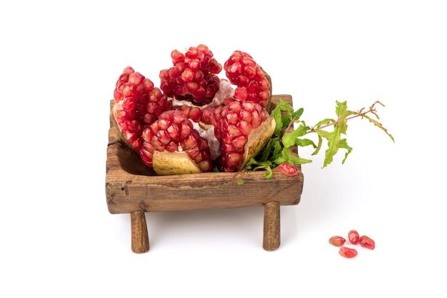 Semi di melograno rosso nella frutta isolato su sfondo bianco.