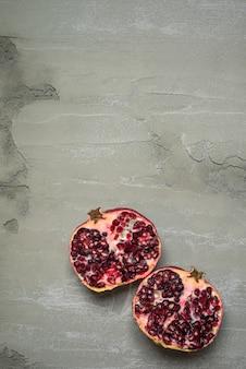 Melograno su cemento grigio rustico