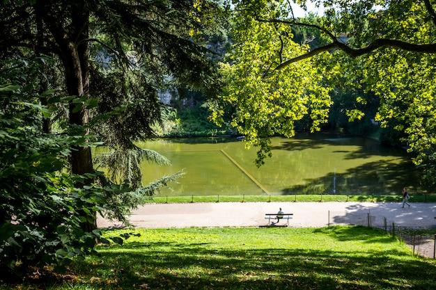 Stagno nel parco di buttes-chaumont, parigi