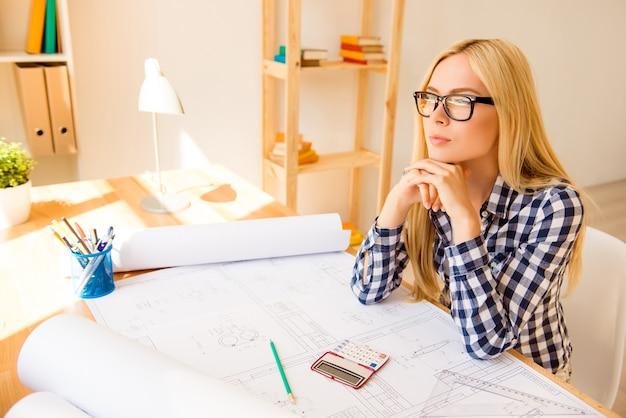 Rifletti sul designer con gli occhiali pensando a come fare il conteggio