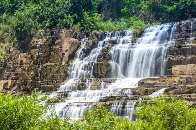 Cascata di pongour vicino alla città di dalat, vietnam