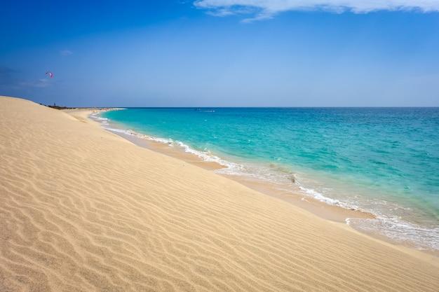 Spiaggia e duna di ponta preta a santa maria, isola di sal, capo verde Foto Premium