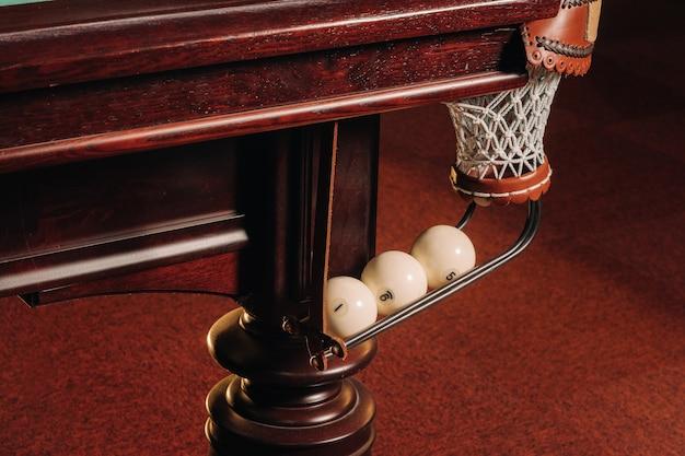 Un tavolo da biliardo con palline che sono già state giocate nel pool club.giocare a biliardo.