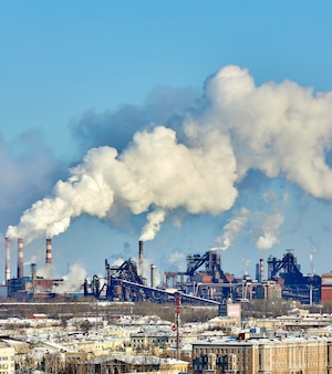 Ambiente povero in città. disastro ambientale. emissioni nocive nell'ambiente. fumo e smog. inquinamento dell'atmosfera da fabbrica di piante. gas di scarico
