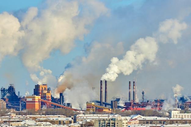 Ambiente povero in città. disastro ambientale. emissioni nocive nell'ambiente. fumo e smog. inquinamento dell'atmosfera