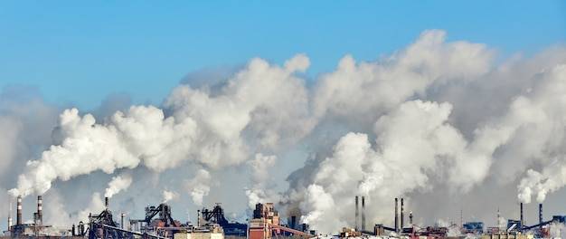Povero ambiente in città. disastro ambientale. emissioni nocive nell'ambiente.