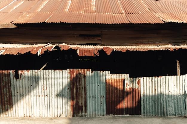 Povera casa di lamiere nel sud-est asiatico
