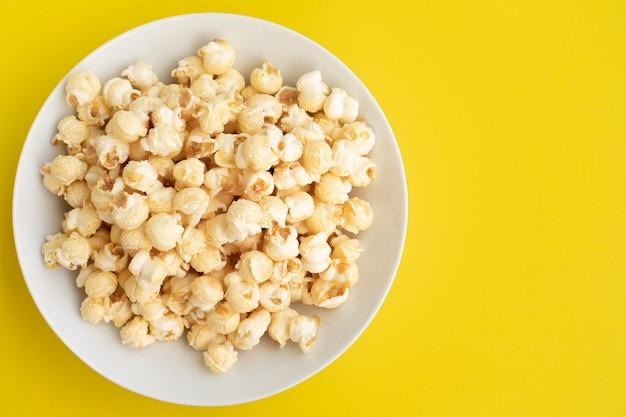 Pop corn su sfondo di colore pastello idee per concetti di cibo e snack