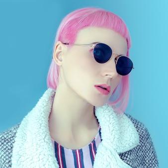 Pop lady con occhiali da sole alla moda e capelli rosa