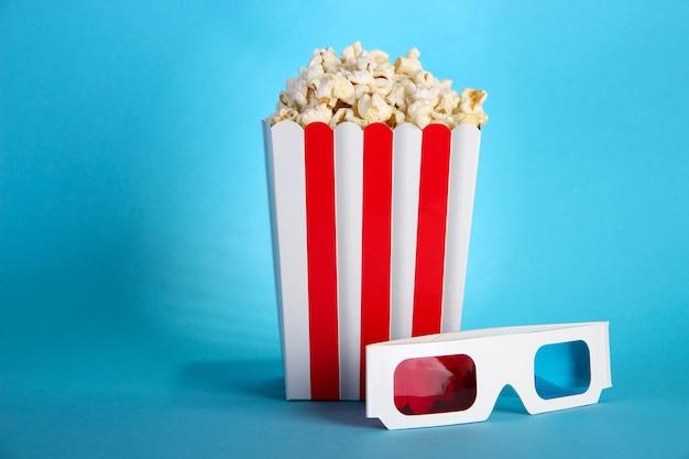 Popcorn e occhiali 3d sull'azzurro