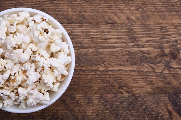 Popcorn in una ciotola su una superficie rossa
