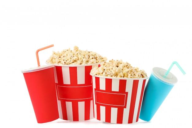 Secchi del popcorn e tazze di carta isolati su fondo bianco
