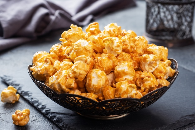 Popcorn in glassa al caramello in una ciotola