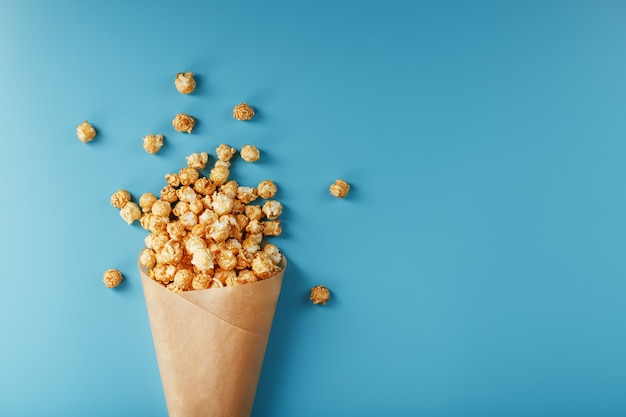 Popcorn in glassa al caramello in una busta di carta