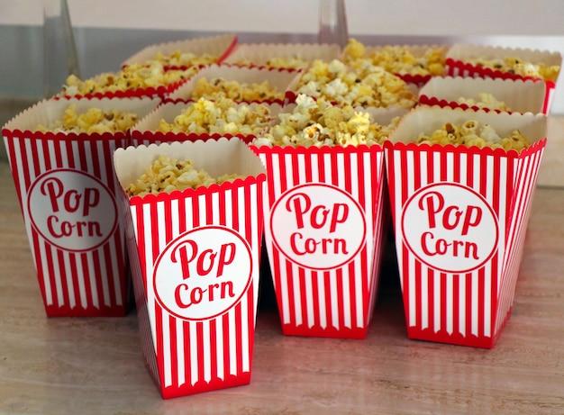 I popcorn sono sul tavolo. avvicinamento