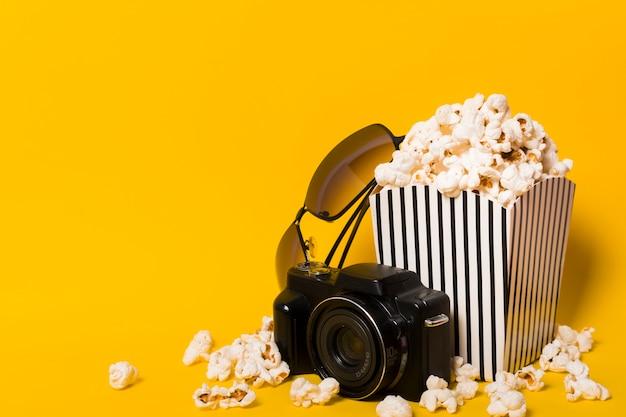 Popcorn con fotocamera accanto