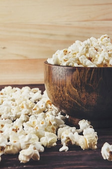 Popcorn su uno sfondo di legno