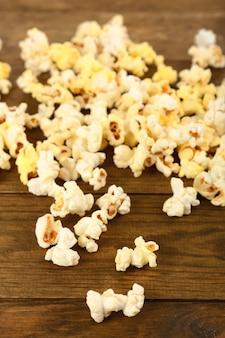 Popcorn sulla tavola di legno, primi piani