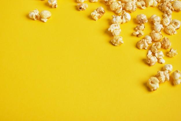 Popcorn su sfondo giallo. modello di popcorn. vista dall'alto, copia dello spazio