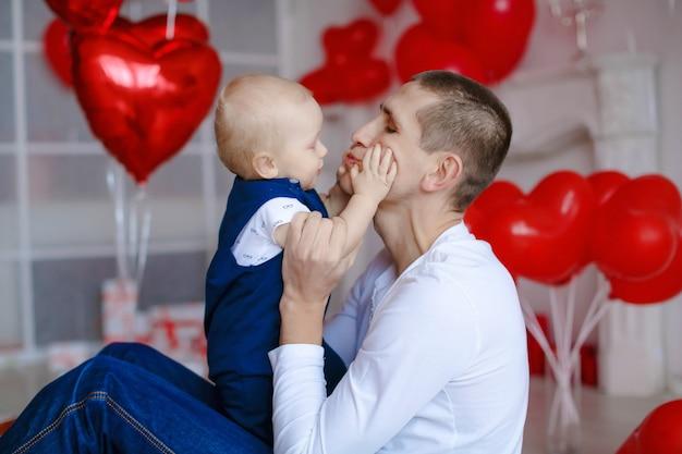 Il papa è un uomo che gioca con un figlio piccolo