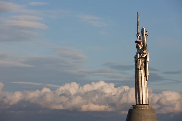 Papaveri della memoria. il monumento madre patria decorato con una corona di papaveri nel giorno del ricordo e della riconciliazione a kiev, ucraina