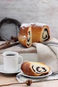 Torta di semi di papavero a base di pasta lievitata e caffè su sfondo chiaro. stile rustico, messa a fuoco selettiva.