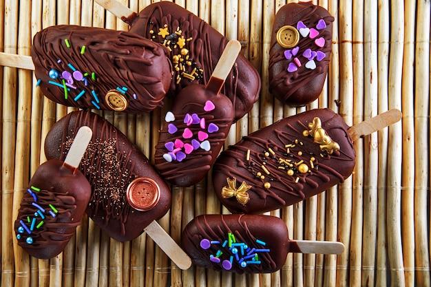 Torta pop a forma di gelato al cioccolato con decorazione