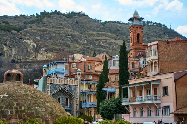 Punto di riferimento popolare della città di tbilisi. il vecchio edificio del bagno di zolfo.