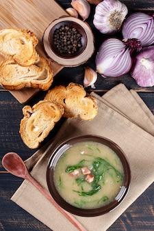Piatto popolare della cucina portoghese chiamato caldo verde. a base di patate, pancetta, salsiccia ai peperoni e cavolo riccio