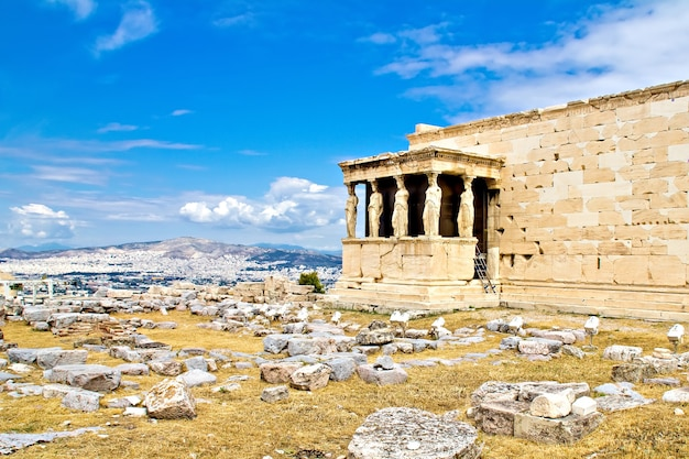 Il portico delle cariatidi, parte dell'eretteo all'acropoli di atene, grecia