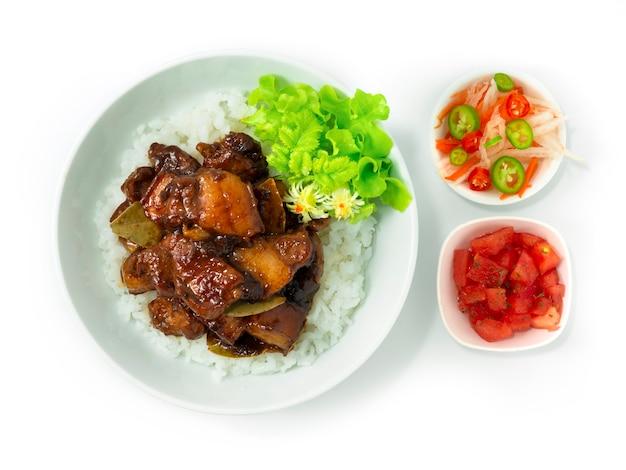 Ricetta di maiale adobo caramellato su riso piatto filippino aggiunto con il popolare piatto del gusto agrodolce nelle filippine asean foods servito nel piatto e verdure vista dall'alto