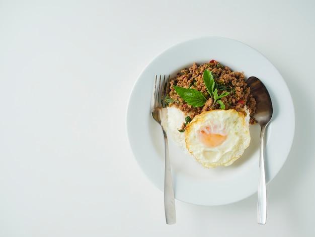 Riso fritto al basilico di maiale con uovo fritto, cibo tailandese