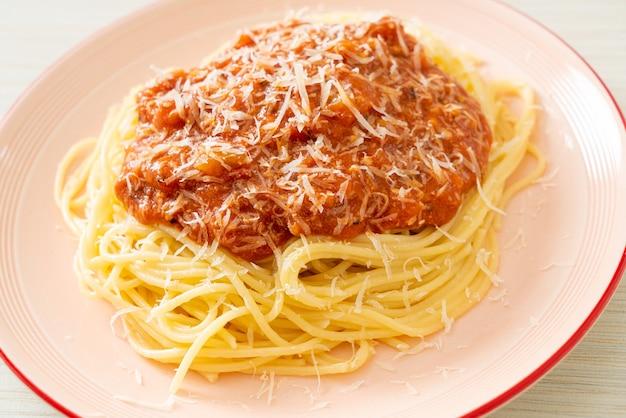 Spaghetti alla bolognese di maiale con parmigiano - italian food style