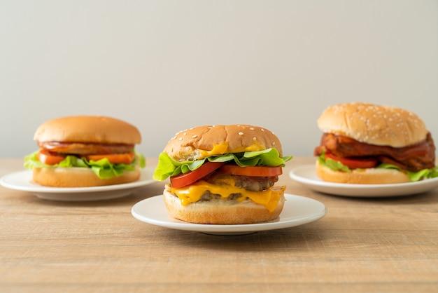 Hamburger di maiale con formaggio su piatto bianco