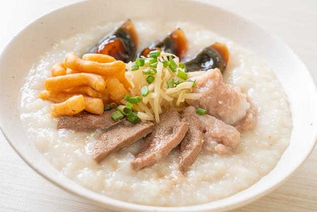 Congee di maiale o porridge con ciotola di maiale