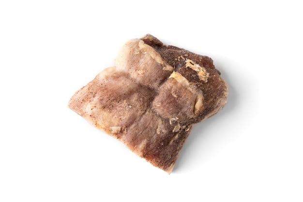 Carne di maiale essiccata isolata sulla parete bianca.