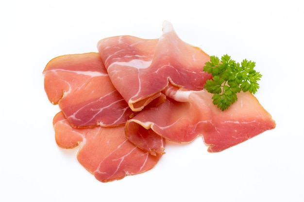 Fette di prosciutto di maiale isolato sul tavolo bianco