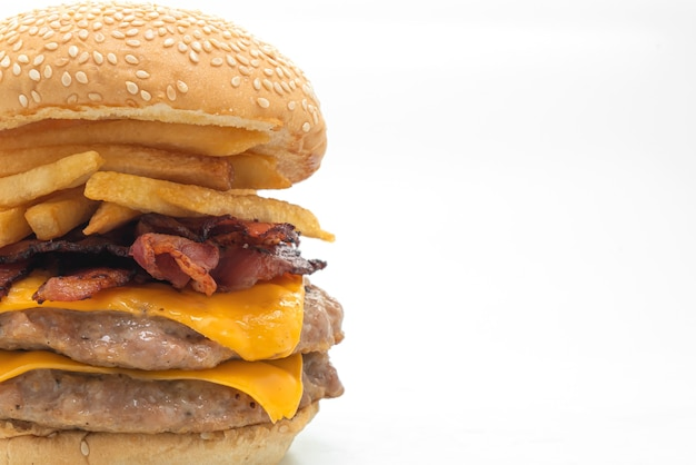 Hamburger di maiale o hamburger di maiale con formaggio, pancetta e patatine fritte isolati su sfondo bianco