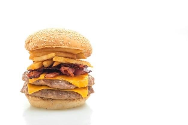 Hamburger di maiale o hamburger di maiale con formaggio, pancetta e patatine fritte isolate su bianco
