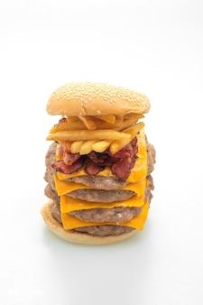 Hamburger di maiale o hamburger di maiale con formaggio, pancetta e patatine fritte isolate