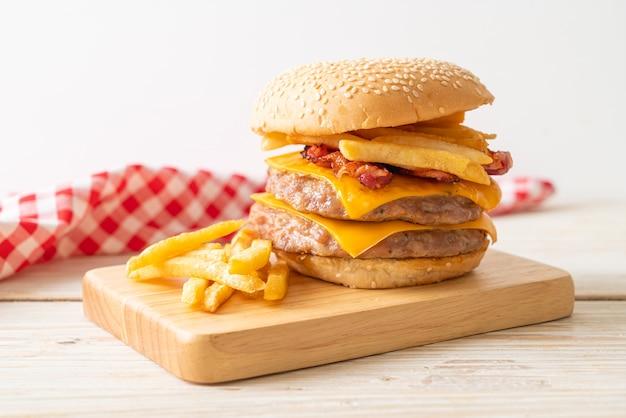Hamburger di maiale o hamburger di maiale con formaggio, pancetta e patatine fritte