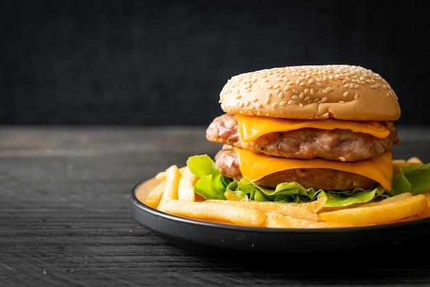 Hamburger di maiale o hamburger di maiale con formaggio e patatine fritte