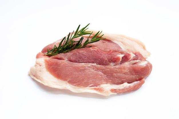 Carne di maiale al rosmarino su sfondo bianco.