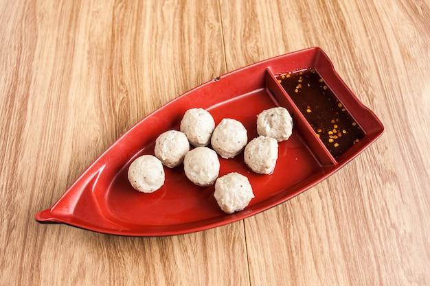 Polpetta di maiale e salsa di peperoncino in barca piatto il menu nel ristorante