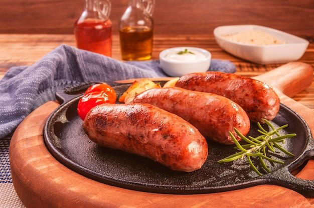 Salsiccia di maiale arrostita in padella di ferro