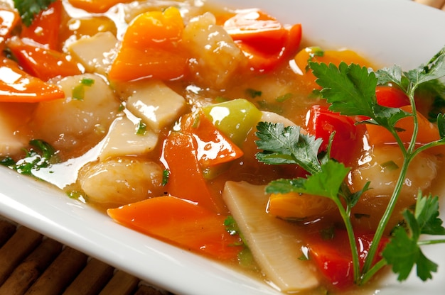 Maiale con verdure e salsa di soia.closeup